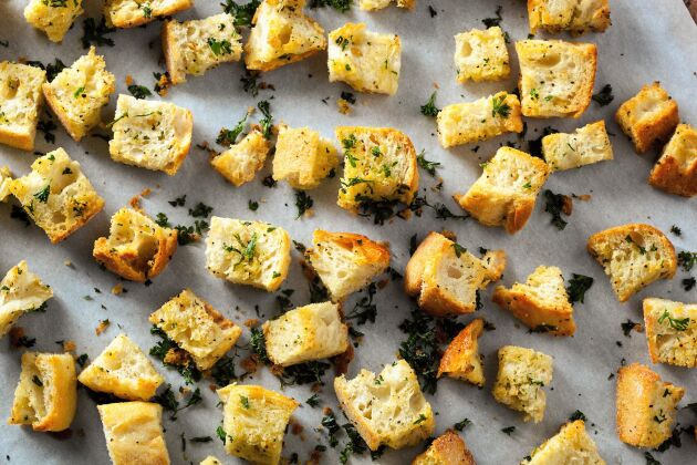 Torrt bröd blir krutonger eller ströbröd.