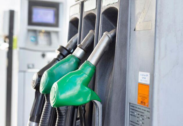 Över en krona har bensinen fallit med under senaste veckan. Arkivbild.