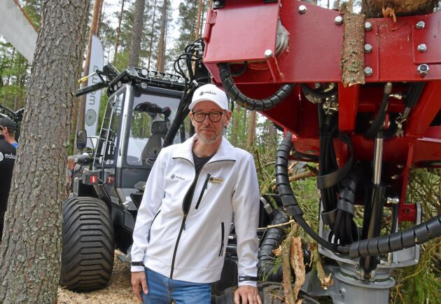 Magnus Wallin visar den skotare som är utrustad med ett Hypro skördaraggregat.