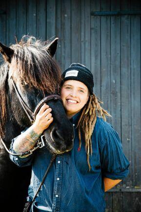 Att kunna ha egna hästar är en stor bonus.
