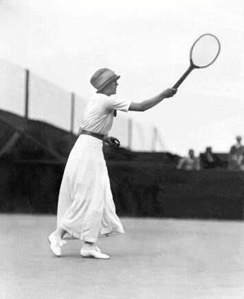 Fröken Broquedis slår en forehand i en match i damsingel eller enkelspel som det hette vid denna tid.