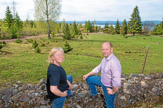 Maria Nordqvist och Peter Paulsson visar ett av gårdens många små arrenden som var på väg att växa igen, men som öppnats upp av gårdens betande nötkreatur. Foto: Trons