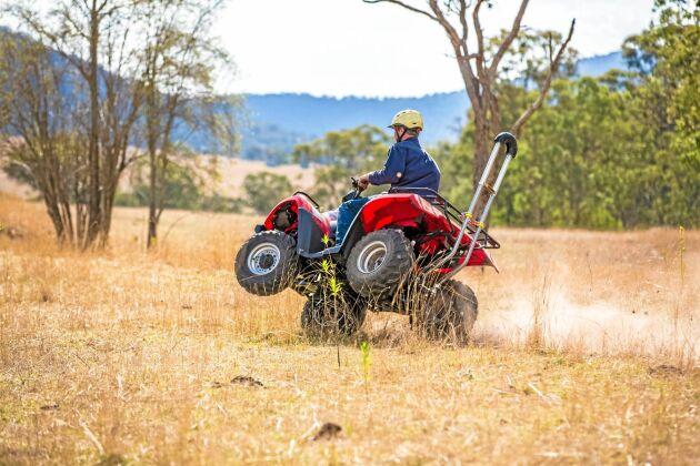 Quadbar är en bakmonterad metallbåge som ska klara flera scenarier där fordonet stegrar eller slår runt. För den som är intresserad går produkten att beställa hem från Australien.