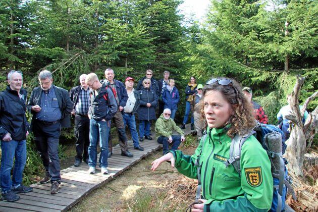 Skogvaktaren och guiden Frederike Schneider guidar Land Skogsbruks resenärer genom Nationalparken Schwartzwald.