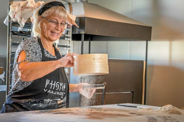 Annika Collén siktar mjöl över degämnet som ska bli en tunnbrödskaka.