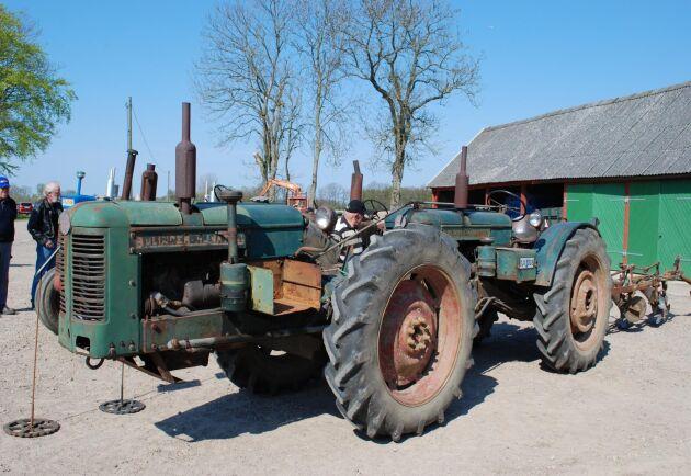 Lantbruksmedia har under decennier skrivit om arbetskraftens kostnad i relation till hur effektiv maskinen är. Med tandemtraktorn kunde en förare sköta två traktorer och få mer än dubbel dragkraft.
