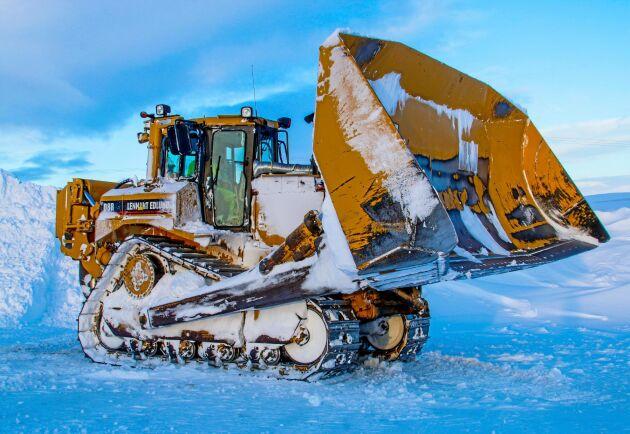 Caterpillar D8R är redo att attackera snömassorna på Flatruet, 975 meter över havet. Snön har inte en chans.
