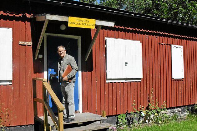 Klubbstugan är en gammal militär byggnad och där inne kan medlemmarna bland annat slunga de skördade honungskakorna.