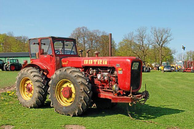 Dutrans konstruktion med mycket vikt över nosen på traktorn gav en hel del dragkraft. I fältarbete tyngs bakaxeln ned av redskapet och det blir då mer jämvikt.