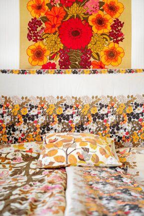 Sovrummet. Påslakan och en bonad som är formgivna av Ann-Charlotts favorit, textildesignern Toni Hermansson.