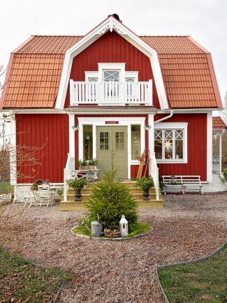 Det gamla huset från 1929 har fått ny fasad, brädfodring, vita knutar, snickarglädje och gammaldags charm.