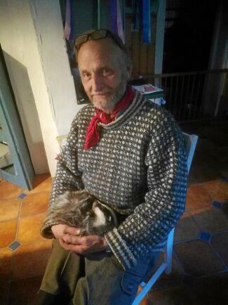 Boris är nu ett halvår gammal, här med hussen Birger.