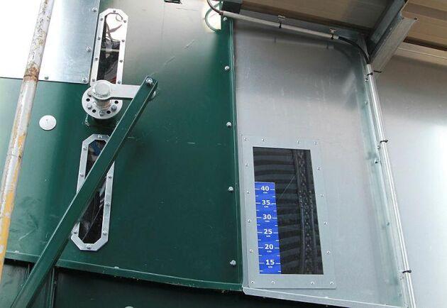 Skikttjockleken ställs manuellt och automatiken anpassar framdrivningshastigheten och kallar på spannmål från våtficka. Den har temperaturgivare för max temperatur för spannmålen och temperatursensor för automatisk drift som övervakas från mobiltelefonen.