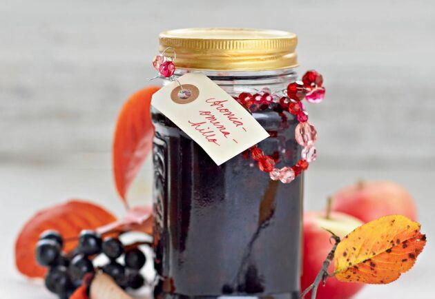 Hemgjord aronia- och äppelsylt – rena lyxen. Underbart god att äta, trevlig att ge bort i present.