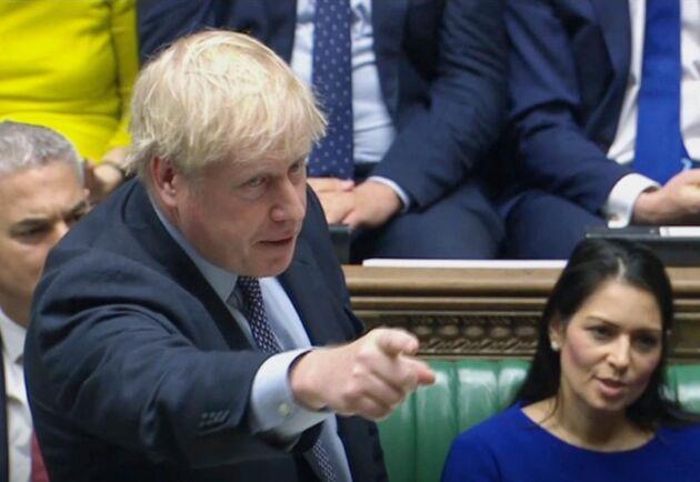 – Jag kommer inte att förhandla om en förlängning med EU och inte heller tvingar lagen mig att göra det, sade premiärminister Boris Johnson sedan han förlorat omröstningen i parlamentet.