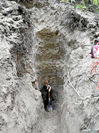 Den sista biten grävde man med grävmaskin – tills Alva tittade ut.