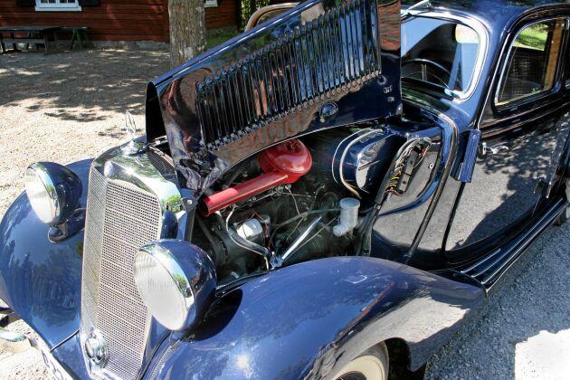 Under huven sitter en förkammardiesel på 40 hästkrafter. Roland har köpt detaljer till sin bil från bland annat Tyskland och Belgien. Det mesta har han dock införskaffat på olika bilmarknader i Mellansverige.