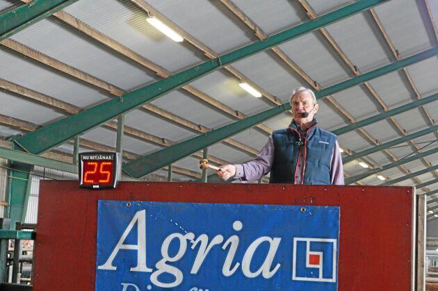 Bengt Fridh svingar klubban för 11:e året på tjurauktionen. Men han har ropat på lantbruksauktioner sedan åtminstone 23 år.