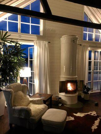 Även i ett nybyggt hus passar den stilrena kakelugn väl in. Här ugnen Tillinge.