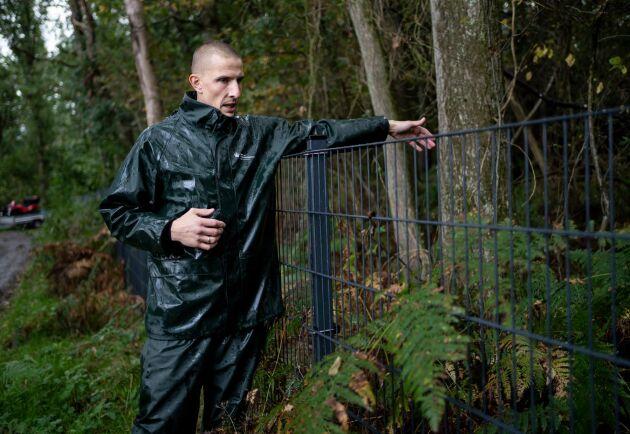 Merlin Johannes Hans är skogvaktare, anställd av statliga Naturstyrelsen, och har det dagliga ansvaret för staketet som håller vildsvin från Danmark.