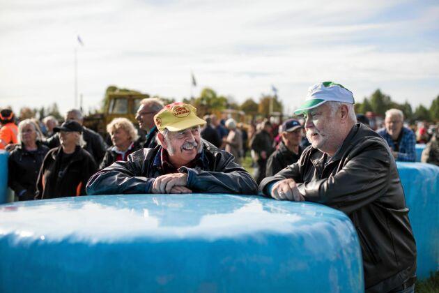 Två vänner sedan gammalt njuter av folklivet och att se alla veterantraktorer - Stig Kardell och Hans Herbertsson från Yås.