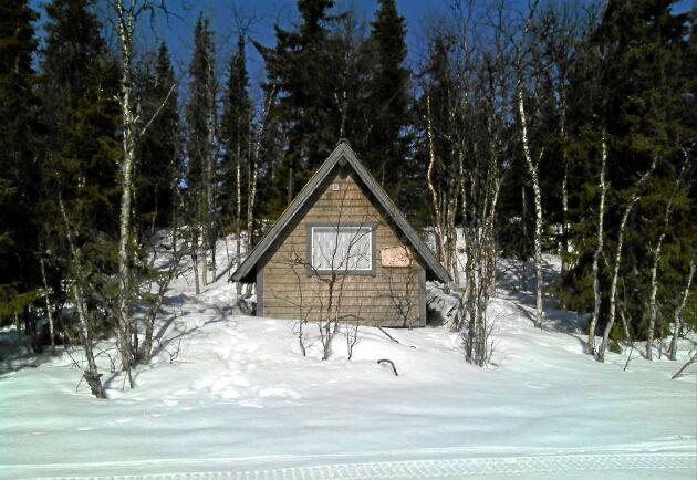 """""""Att stugan förväxlas med en kåta beror på att den hade täckts med slanor, hönsnät, presenning och torv efter att länsstyrelsen bestämt att platsen skulle återställas"""", skriver kronoinspektör Mattias Lindgren."""