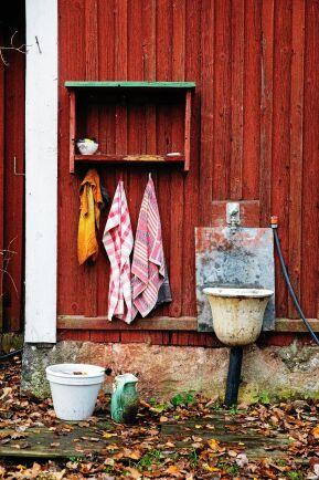Handtvätt utomhus i anslutning till utedasset.