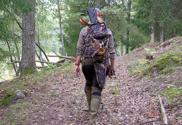 Istället för att sitta stilla vill Josefin Wallin smyga runt i markerna för att se om hon kan hitta ett bra djur att fälla.