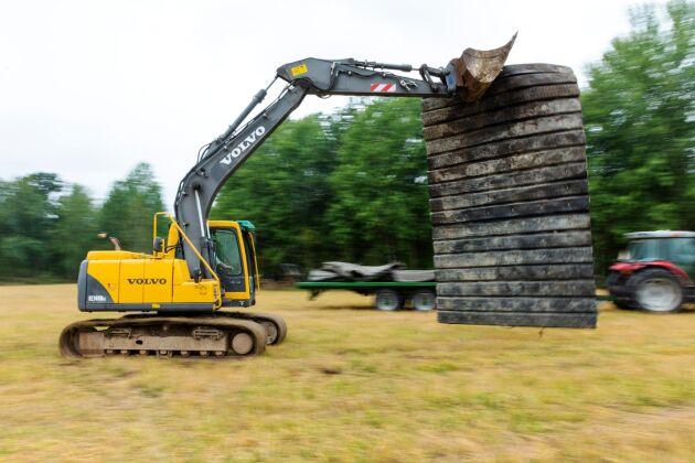 Sprängmattor av gamla lastbilsdäck läggs i flera lager och dämpar effektivt risken för kringflygande stenar.