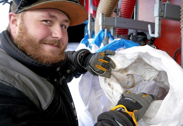 Axel Röjerås sköter rensar utsädet med företagets nyaste lastbil med rensverk. Den blev klar våren 2018 och då utbildades Axel i arbetet och tog lastbilskörkort.
