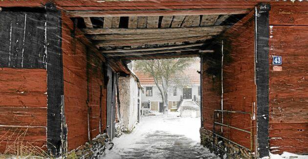 Bild på ingången till den kringbyggda gården från i vintras.