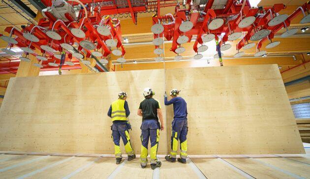 Byggnaden för den nya produktionslinjen för korslimmat trä är givetvis byggd i korslimmat trä. Den är dessutom målad i Falu Rödfärg, som också äga av Stora Enso.