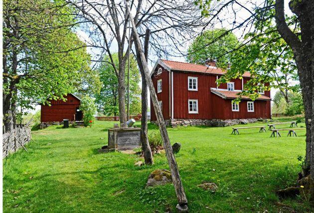 Rundqvistska gården är granne med Duvemåla där Vilhelm Mobergs mamma Ida och mormor Johanna föddes. Gården är i dag museum där bland annat Vilhelm Mobergs brev och anteckningar finns bevarade.