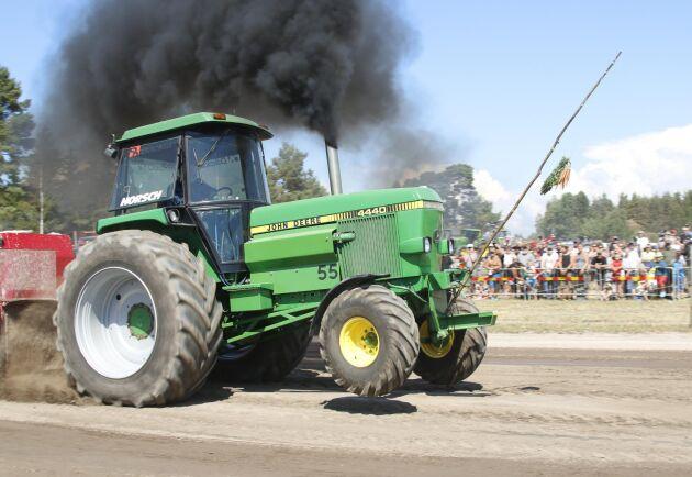 Det är traktorpulling och Nicklas Boquist släpper loss sin rundhytt John Deere 4440. Det går alltid på bakhjulen när Väse-kungen kör.