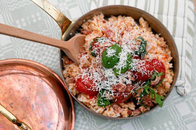 Elleholms lyxiga risotto med svenska tomater och bacontopping blir lätt en favoriträtt.