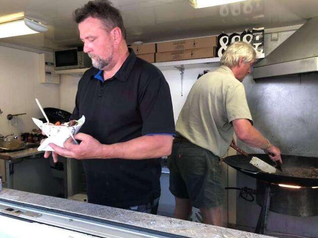 Vid LRFs monter på Vätternrundan i Motala serverar Clas Rydberg och hovjägare Peter Vilidu lammburgare och vildsvinskebab.