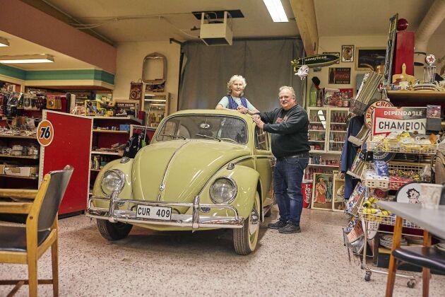 """Monica har sparat sin första bil. """"Den kom jag hem med helt själv. Stefan fick laga upp den och den fungerar fortfarande"""", säger hon."""
