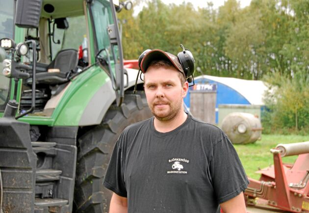 – Många har en väldig tro på den här sista skörden, säger Alexander Wraghe som kör slåttermaskin i Skåne.