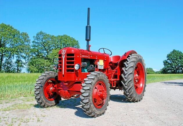 Boxer med fyrhjulsdrift. Detta exemplar tros vara den traktor som presenterades på RiLa mässan i Jönköping 1959. Tillverkningsnummer 1002.