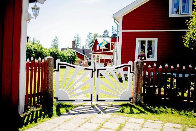 Solgrindarna och låset som sitter på grinden är från början av 1900-talet. Carina och Kent har lagat och målat om dem.