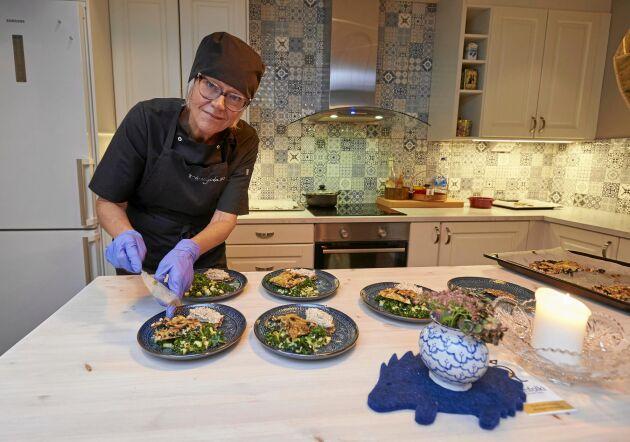 Susanne lägger sista handen vid kvällens förrätt: Laxröra på fröknäckebröd och grönsakspizza.