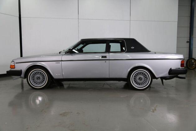 """Bilen fick smeknamnet """"skokartong med basker"""" eller """"katafalkvagn"""" (en vagn med likkista, oftast dragen av hästar)."""