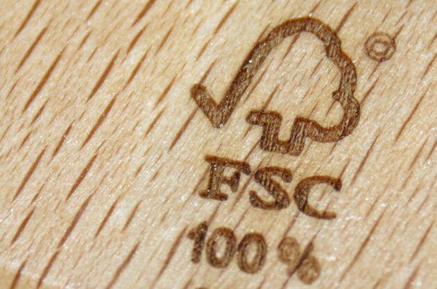Stämpel från Forest Stewardship Council (FSC) på en träprodukt.