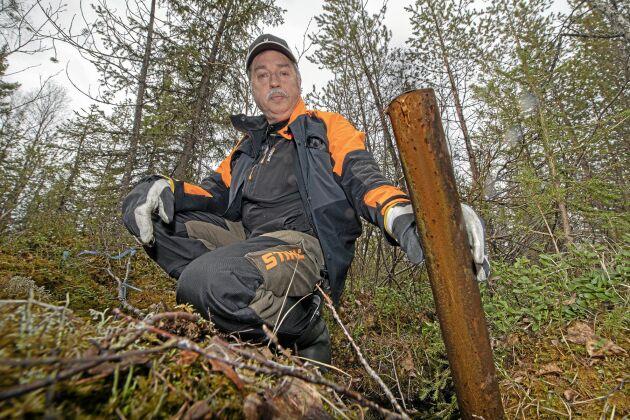 Borrör som sticker upp ur marken ett stort problem för skogsägaren Christer Nilsson. Det blir problem för skogsbruket med trasiga däck på skogsmaskiner eller en snöskoter som brakar in i ett rör.