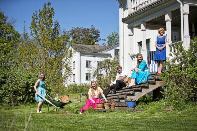 Hela familjen Hebbe-Bjärlestam hemma på gården Skäggebol i Värmland. Från vänster Josefine, Maria, pappa Lars-Inge, Emelie och mamma Ulrika.