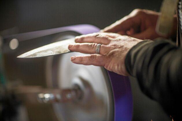 Slipningen kräver precision - knivarna ska vara sylvassa.