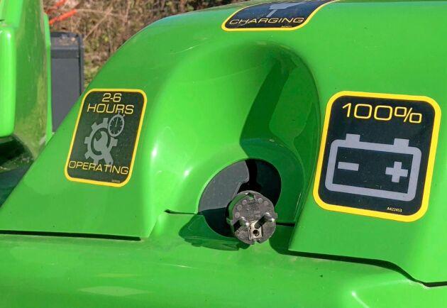 En kul detalj är att batteriet kan laddas via ett vanligt eluttag vid akut soppatorsk, även om det går sakta.