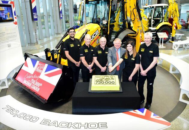 Traktorgrävare nummer 750 000 klar för leverans. Lord Bamford med delar av JCB:s personal firar händelsen.
