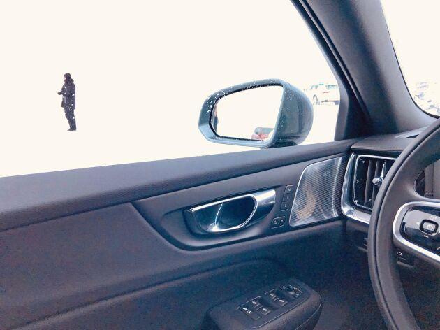 Volvo V60 CC är utrustad med dödavinkelvarnare.
