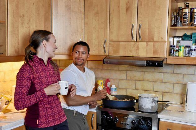 Maret och Jon lagar lunch i sitt kök, renfärs blir det.